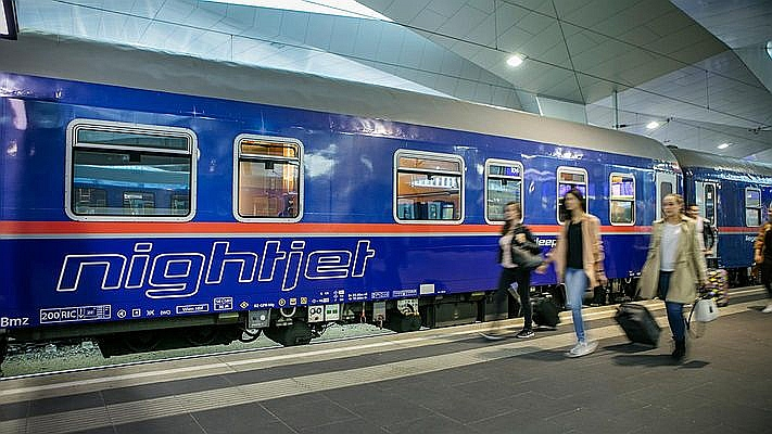 Arvien vairāk pasažieru Austrijā izvēlas braukt pa nakti ar vilcienu, nevis pa dienu lidot ar lidmašīnu.