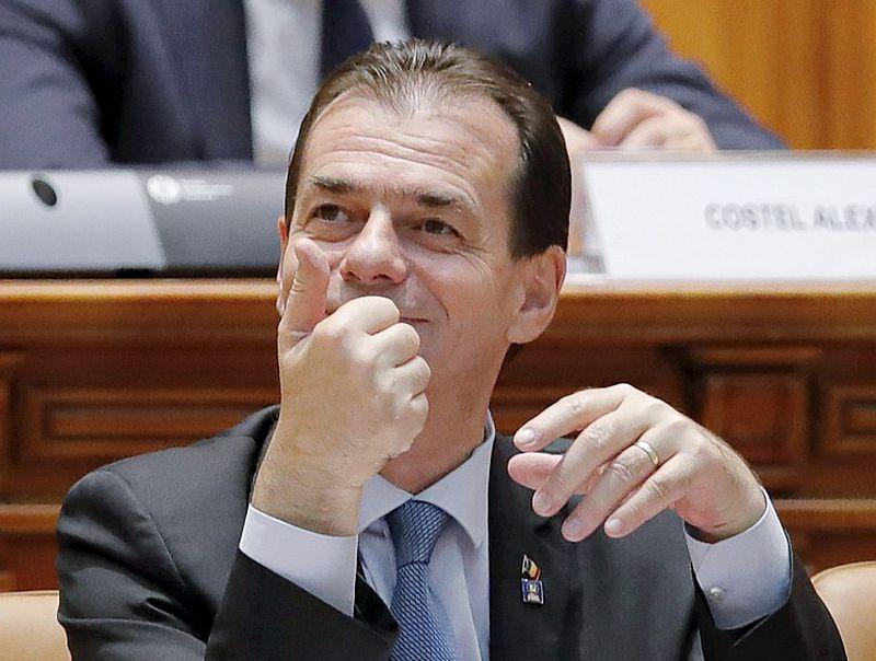 Rumānijas jaunais premjerministrs Ludoviks Orbāns 4. novembrī pacēlis īkšķi pēc viņa apstiprināšanas Rumānijas parlamentā.
