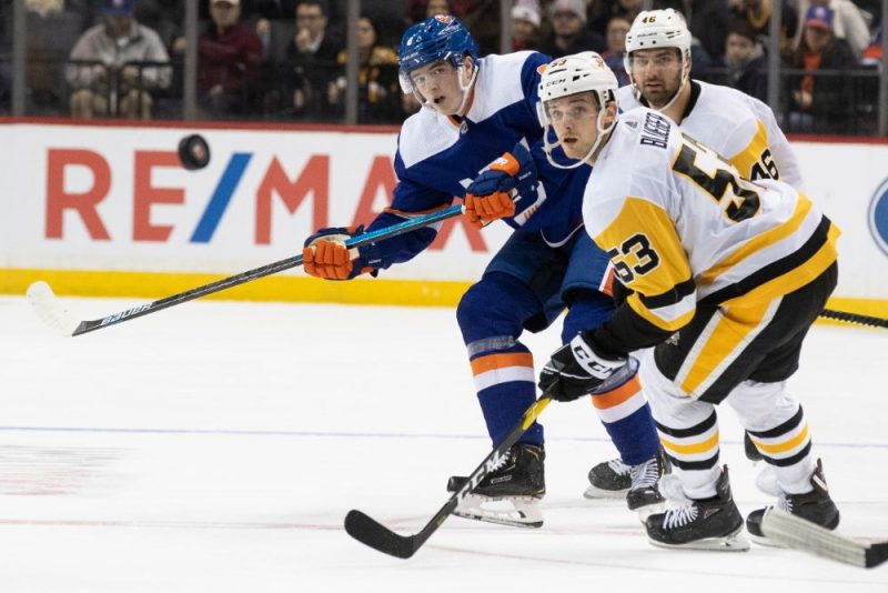 """Teodors Bļugers (priekšplānā) spēlē pret Ņujorkas """"Islanders""""."""