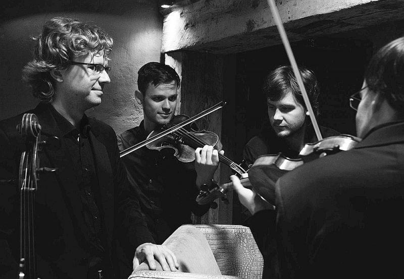 """Klavieru kvarteta """"Quadra"""" meistarība dod viņiem iespēju pienācīgā kvalitātē atskaņot mūsdienu latviešu komponistu mūziku, un arī ikkatra autora sadarbība ar šo kameransambli, visticamāk, īstenotos veiksmīgā rezultātā."""