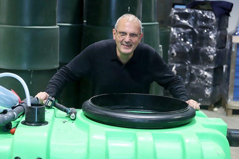 """""""Unikalitāte ir ražošanas tehnoloģijā, kas ļauj izgatavot monolītus viengabalainus plastmasas izstrādājumus ar dobu vidu. Šo tehnoloģiju esam apguvuši paši,"""" stāsta SIA """"Rotons"""" dibinātājs Armands Mucenieks."""