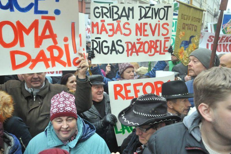 Pret VARAM un ministra Jura Pūces izstrādāto Administritatīvo pašvaldību reformu pie Saeimas protestē iedzīvotāji no visas Latvijas, 07.11.2019.