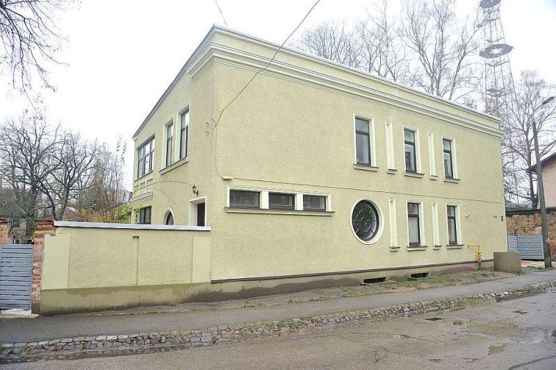 Kopīpašumā esošās ēkas Rīgā, Talsu ielā 6, viens no īpašniekiem pieprasīja tiesā izbeigt kopīpašumu, pārdodot visu ēku izsolē. To nopirka firma, kas pēc tam pārdeva to tālāk. Daži kopīpašnieki bija spiesti izvākties.