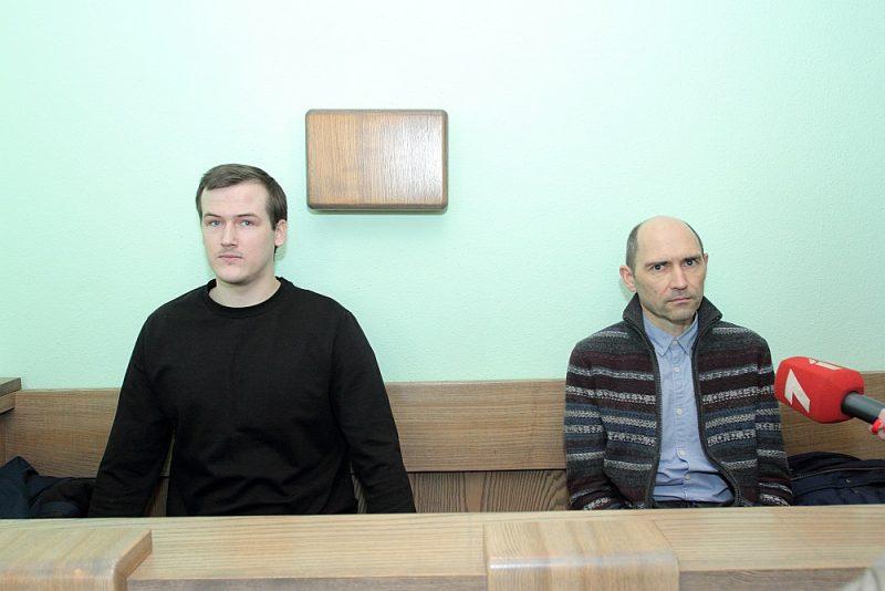 Abi apsūdzētie – nelaiķes Līvas vīrs Renārs (no kreisās) un tēvs Valdis.