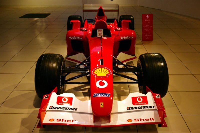 """Londonas izsoļu nams """"Sotheby's"""" lēš, ka """"Ferrari F2002"""" auto varētu iegādāties par vairāk nekā septiņiem miljoniem eiro."""