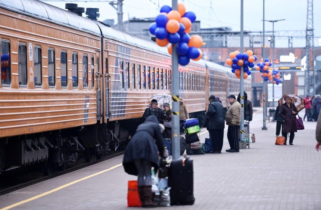 Tālsatiksmes vilciens Rīgas stacijā.