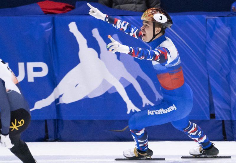 Pasaules kausa otrā posma 1000 metru distance uzvarēja krievs Semjons Jeļistratovs (attēlā), kamēr latvieši palika talu aiz līderiem.