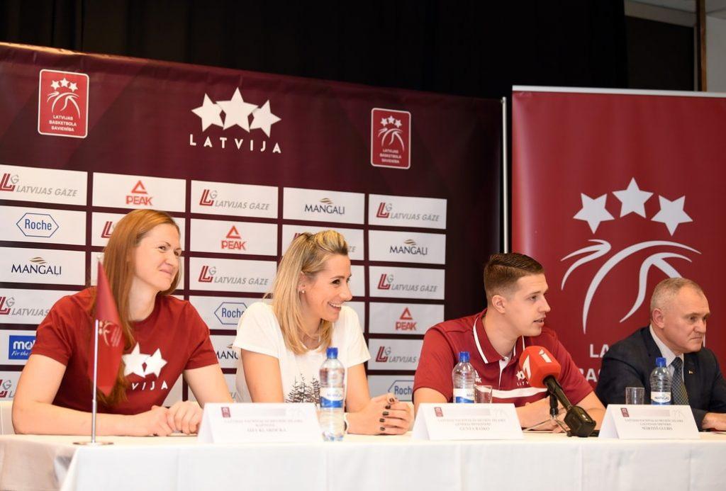 Latvijas izlases kapteine Aija Klakocka, ģenerālmenedžere Gunta Baško, galvenais treneris Mārtiņš Gulbis un LBS prezidents Valdis Voins ir optimisma pini pirms Eiropas čempionāta kvalifikācijas turnīra.