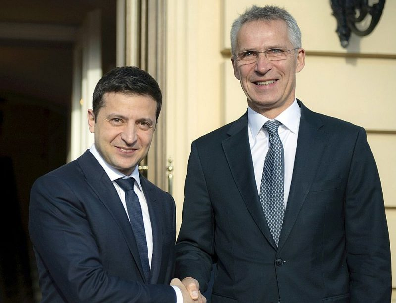 Kijevā tiekoties ar Ukrainas prezidentu Volodimiru Zelenski (no kreisās), NATO ģenerālsekretārs Jenss Stoltenbergs apliecināja atbalstu Ukrainai tās pretstāvē ar Krieviju.