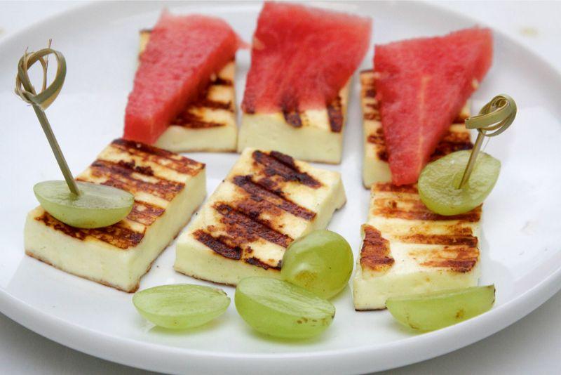 Reti kurš spēj pretoties grilēta siera aromātam. Grilēts siers lieliski garšo ar svaigiem augļiem un ogām. Sader arī ar ogu mērcēm un ievārījumiem.