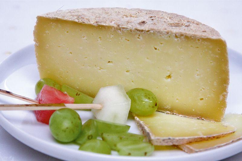 Ilustratīvs attēls. Nogatavināts aitas piena siers.