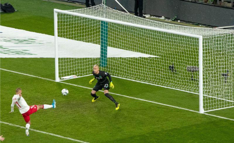 Dānis Martins Breitveits gūst vārtus spēlē pret Īriju.