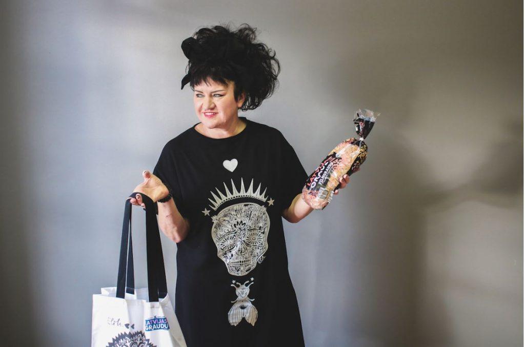 Māksliniece Elita Patmalniece ar pašas radītu ekoloģisku somu.