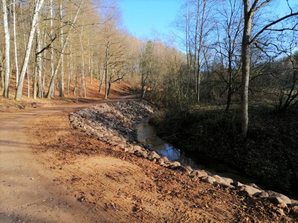 """""""Latvijas valsts meži"""" (LVM) parka teritorijā veica Tērvetes upes krastu stiprināšanu."""