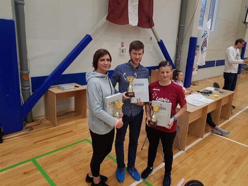 Latvijas šī gada labāko sporta skolotāju trio.