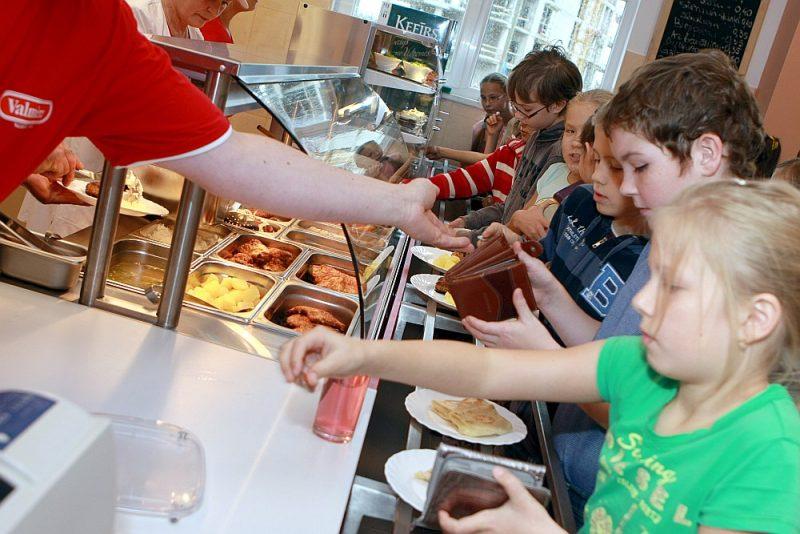 Speciālisti ir vienisprātis – pārtikas drošuma prasības un personiskā higiēna ir temati, par kuriem jebkurā ēdināšanas uzņēmumā, it īpaši tajos, kas ēdina bērnus, darbiniekiem ir jāstāsta nepārtraukti.