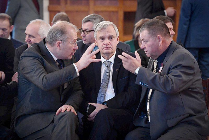 Latvijas Pašvaldību savienības domes pārstāvji Jaunjelgavas novada domes priekšsēdētājs Guntis Libeks (no kreisās), Neretas novada domes priekšsēdētājs Arvīds Kviesis un Jelgavas novada domes priekšsēdētājs Ziedonis Caune Rīgas pilī.