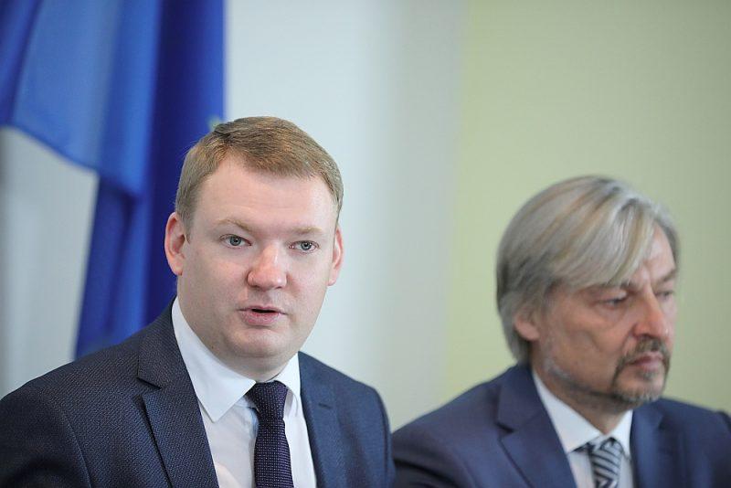 """Iebildumi pret administratīvo teritoriju reformu vieno politiskās partijas """"Latvijas Reģionu apvienība"""" valdes priekšsēdētāju Edvardu Smiltēnu (no kreisās) un """"Reģionu alianses"""" valdes priekšsēdētāju Dagni Straubergu."""