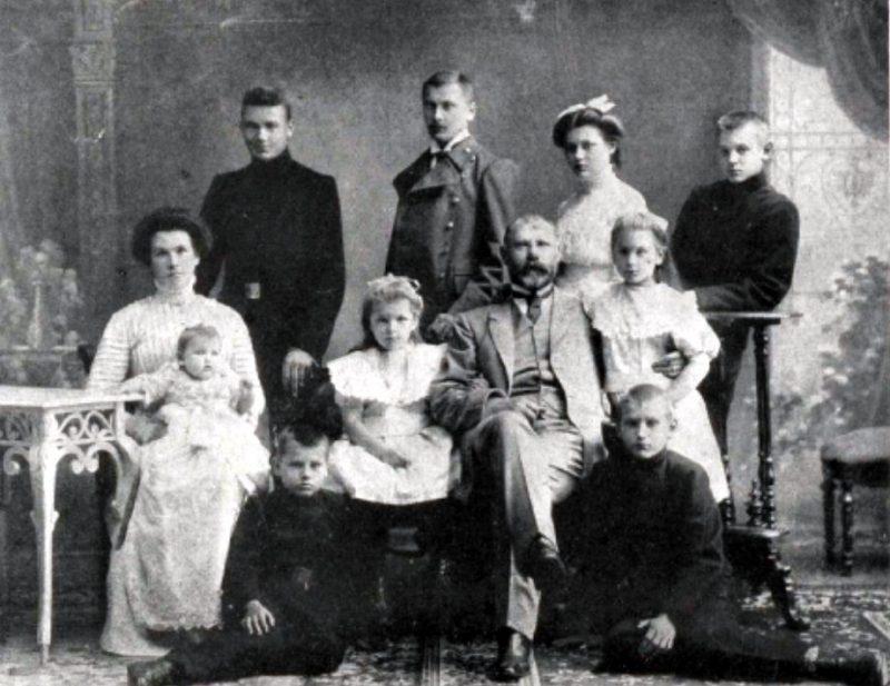 J. Čakste ģimenes vidū 20. gs. sākumā.