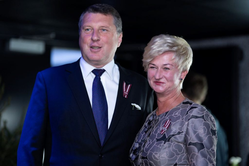 """Filmas """"Dvēseļu putenis"""" pirmizrādi apmeklēja arī Latvijas valsts eksprezidents Raimonds Vējonis ar kundzi Ivetu."""