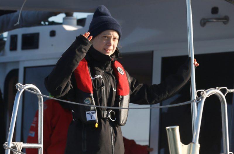 Zviedru klimata aktīviste Grēta Tūnberga, kura atsakās lidot ar lidmašīnu, otrdien ar katamarānu ieradusies Portugālē.