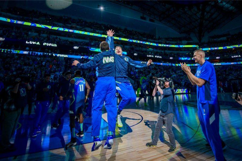 Kristaps Porziņģis (no labās) un viņa komandas biedri sestdien svinēja vienu no lielākajām uzvarām komandas vēsturē.