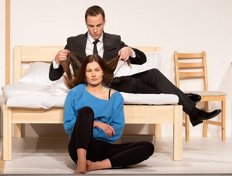Interesanta, komiska un viegla ir skatuves darbība, un to vēl vieglāku padara asprātīgās lomu maiņas, kur topošie aktieri ielec Alekša un Sofijas lomās, cits citu nomainot.