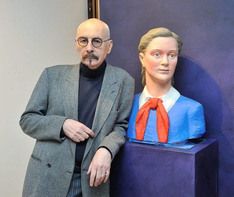 """Mākslinieks Juris Dimiters uzskata, ka turpina savas vecmātes, skulptores Martas Skulmes, darbu, izkrāsojot viņas veidotās skulptūras. Attēlā: Martas Skulmes darbs """"Pioniere""""."""