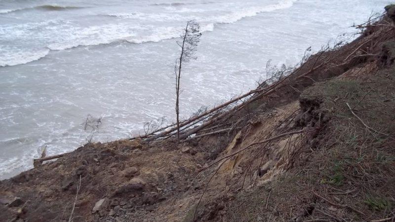 """Lielo vēju un lietus rezultātā atkal jūra ir """"nograuzusi"""" daļu no skaistā stāvkrasta Labragā pretim Zivju krogam, 30.12.2019."""