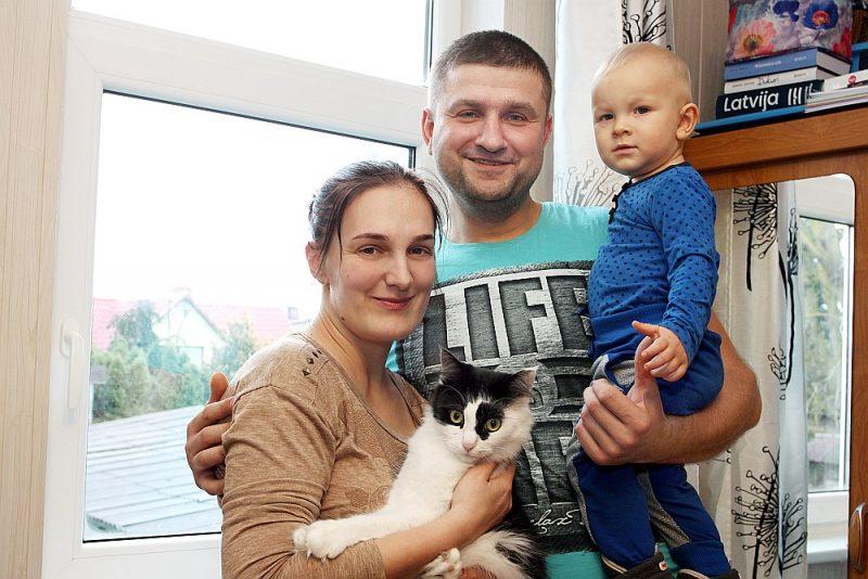 """""""Ja palīdzēja svešiem, tad palīdzēs arī mums."""" Sintija Kameņeva lepojas ar vīru Aleksandru, kurš no ugunsgrēka izglāba trīs bērnus, tāpēc pieteica viņu """"Latvijas lepnuma"""" balvai. Attēlā visa Kameņevu ģimene kopā – arī dēls Ņikita un kaķene Maija."""