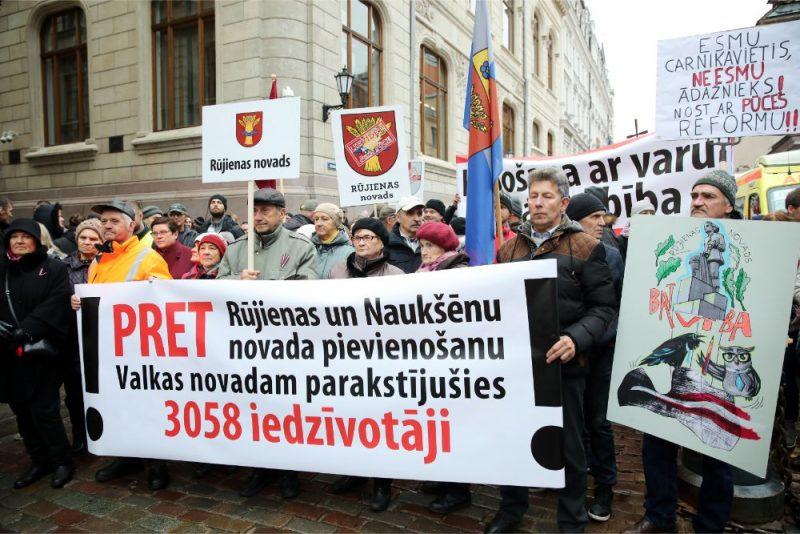 """Pie Saeimas ēkas notiek """"tautas sapulce"""", kurā dažādu reģionu iedzīvotāji pauž neapmierinātību ar administratīvi teritoriālo reformu."""