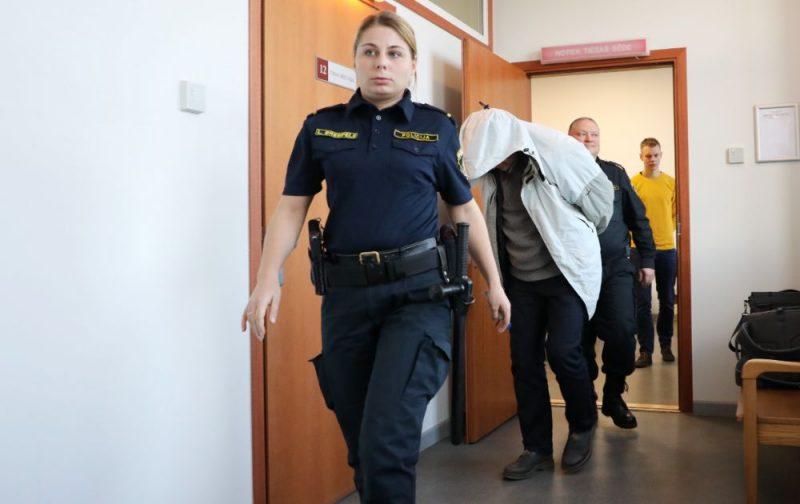 """""""Rīgas Centrāltirgus"""" cigarešu nelikumīgas tirgošanas lietā apcietinātais Vilnis Visors tiek konvojēts uz tiesas sēdi Rīgas apgabaltiesā, kur skatīs viņa pārsūdzēto drošības līdzekli."""