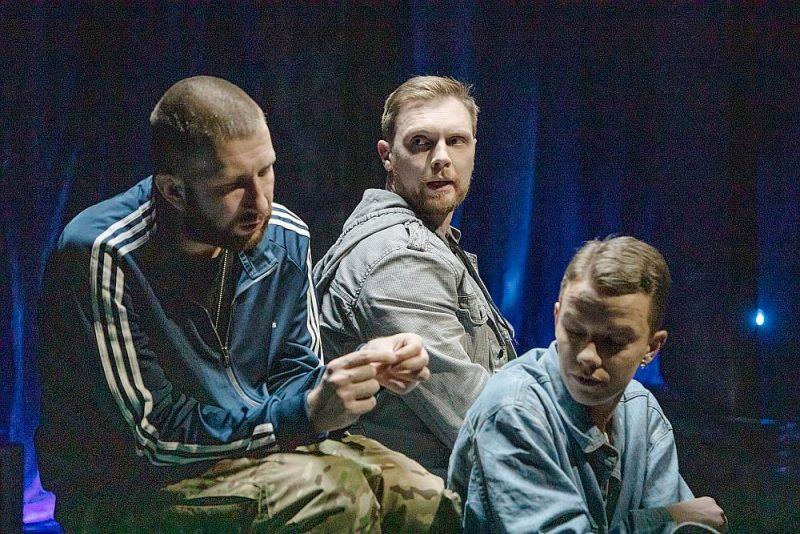 """Liepājas teātra aktieri Viktors Ellers (no kreisās), Sandis Pēcis un Agnese Jēkabsone Monikas Klimaites iestudējumā """"Mēness neredzamā puse""""."""