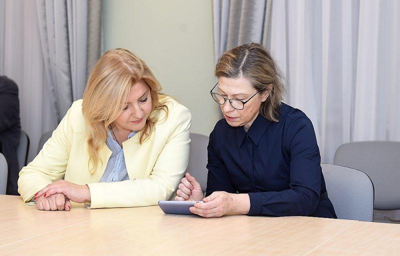 Sociolingviste un Latviešu valodas attīstības kopas koordinatore Vineta Poriņa (no kreisās) un rakstniece, tulkotāja un publiciste Rudīte Kalpiņa tikšanās laikā ar ministri.