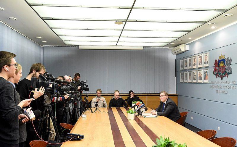Vides aizsardzības un reģionālās attīstības ministra Jura Pūces (no labās) paziņojums par lēmumu ierosināt Rīgas domes atlaišanu piektdien vairs nebija pārsteigums. Jau novembrī viņš par to bija brīdinājis Rīgā valdošos politiskos spēkus, bet Saeimas komisija jau vērtē ar ārkārtas vēlēšanām Rīgā saistītos likumprojektus, kuriem pretošanās plānu sākusi gatavot parlamenta opozīcija.