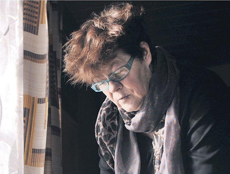 Ilga Rudoviča rūpīgi glabā sava tēvabrāļa lūgšanu grāmatiņu latgaļu valodā, kura kara laikā izdota Vācija.