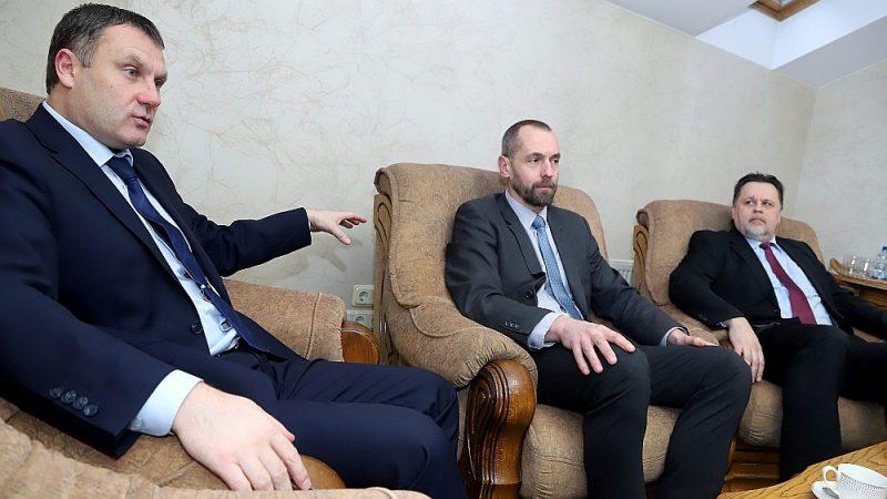 """""""Vienīgais, ko tiesu vara patlaban vēlas, ir līdzvērtīgs dialogs,"""" saka tiesneši Juris Stukāns (no kreisās), Juris Siliņš un Aigars Strupišs."""