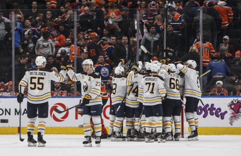 """Bufals """"Sabres"""" svin uzvaru Edmontonā."""