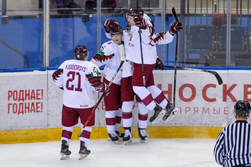Latvijas U-20 izlase pasaules čempionātu Minskā sākusi ar 3:0 uzvaru pār Dāniju.