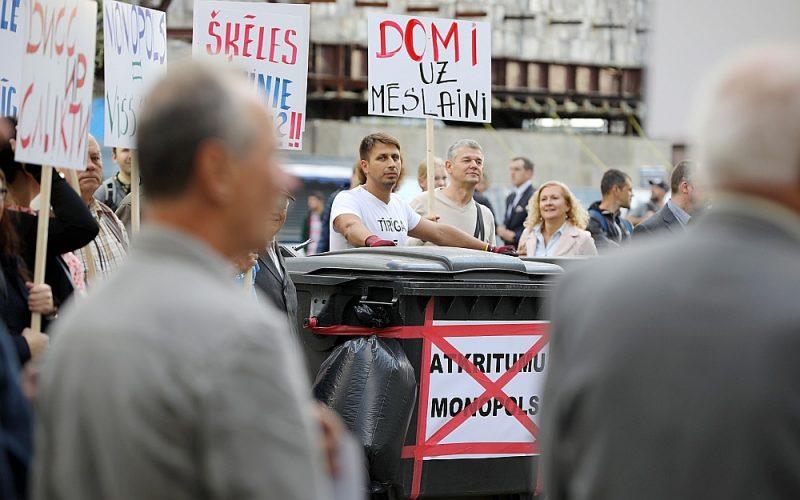 """Šodien valdība plāno lemt par izsludinātās ārkārtējās situācijas termiņa pagarināšanu atkritumu apsaimniekošanas jomā Rīgā. Vides aizsardzības un reģionālās attīstības ministrija pārmetusi, ka Rīgas dome pēc Konkurences padomes paziņojuma par pagaidu noregulējumu nav veikusi nekādas darbības, lai nodrošinātu atkritumu apsaimniekošanas pakalpojuma sniegšanas nepārtrauktību. Attēlā: pret Rīgas domes atkritumu apsaimniekošanas politiku biedrības """"Pilsoņu vara"""" rīkotais pikets Rātslaukumā šā gada septembrī."""