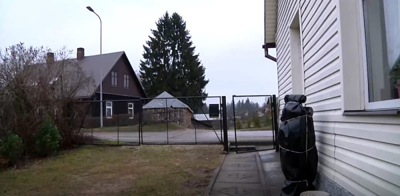 Alūksnes privātmājas žogā  (foto) ietriekusies Alūksnes novada domes deputāta automašīna. Žogs ātri vien jau salabots, bet mājas siena vēl nē.