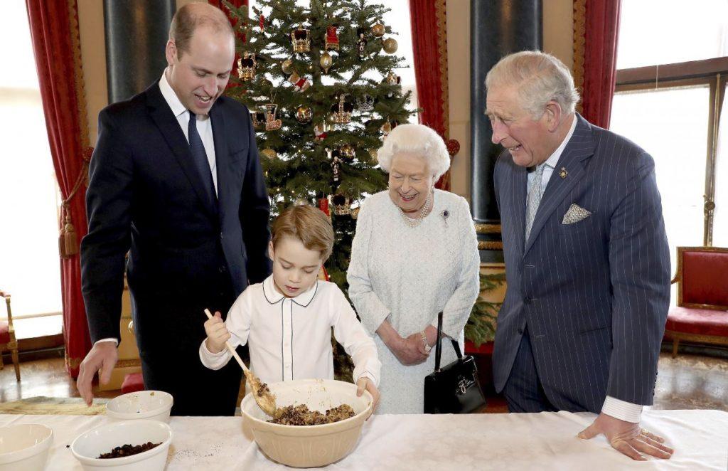 No kreisās: princis Viljams, sešgadīgais princis Džordžs, karaliene Elizabete II un princis Čārlzs.