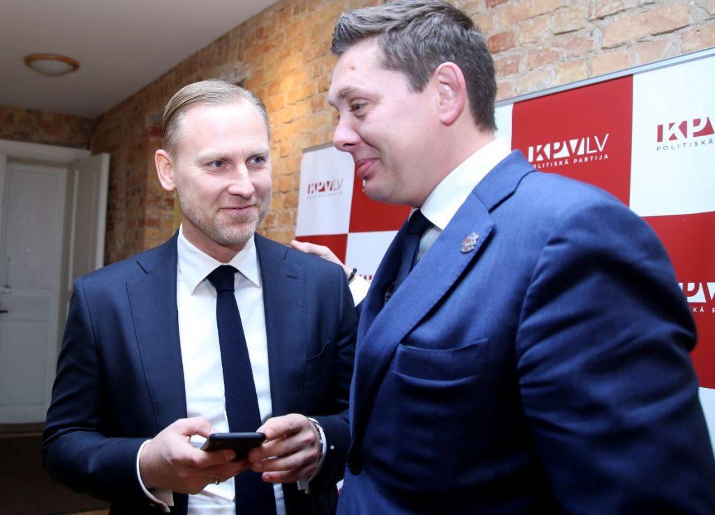 """Partijas """"KPV LV"""" valdes priekšsēdētājs Artuss Kaimiņš (no labās) un partijas premjera amata kandidāts Aldis Gobzems pirms sarunām ar apvienības """"Attīstībai/Par!"""" pārstāvjiem par iespējamo sadarbību jaunās valdības veidošanā 2018.gadā."""