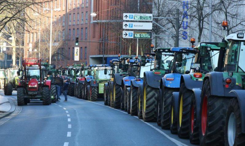 Vācijā piektdien simtiem traktoru kolonnās virzās uz Berlīni un citām lielākajām pilsētām, lauksaimniekiem protestējot pret arvien stingrāku regulējumu klimata aizsardzības un dzīvnieku labturības jomā.