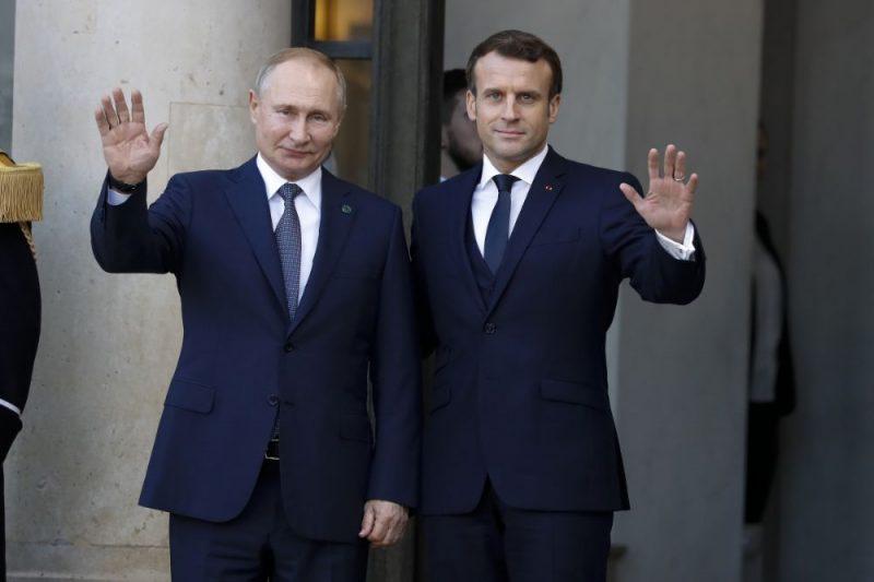Vladimirs Putins (foto – no kreisās) un Emanuels Makrons.