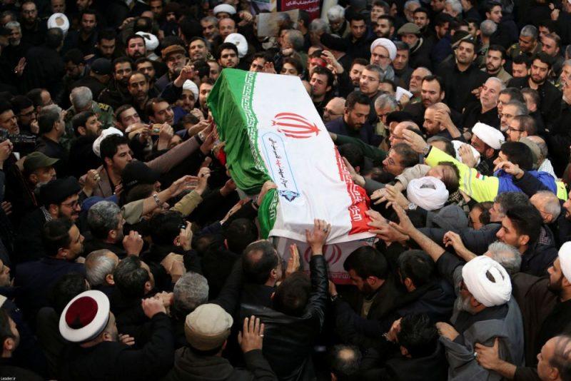 """Simtiem tūkstoši cilvēku pirmdien Teherānā atvadās no ASV raķešu triecienā nogalinātā Irānas Revolucionārās gvardes vienības """"Kudsas spēki"""" komandiera ģenerāļa Kasema Soleimani."""