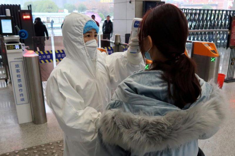 Stacijā Sjaņninas pilsētā tiek pārbaudīta pasažieru temperatūra, vai viņiem nav saslimšanas pazīmju.