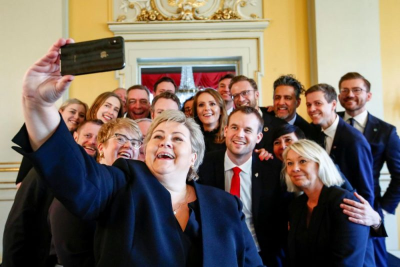 Norvēģijas premjerministre Erna Sūlberga piektdien sabiedrību iepazīstina ar centriski labējās valdības jauno sastāvu.