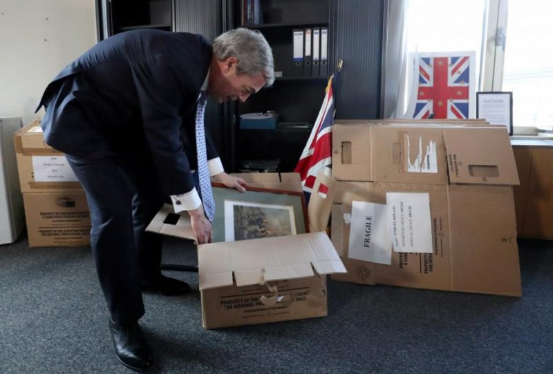 Brexit partijas līderis Naidžels Farāžs pako mantas EP.
