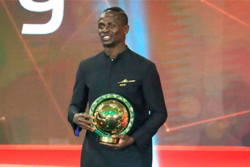Sadio Manē ar Āfrikas labākā futbolista balvu.